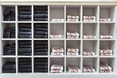 Чистые полотенца каждый день в квадратной белой полке Стоковая Фотография