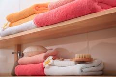 Чистые полотенца на полках Стоковое фото RF
