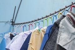 Чистый висеть одежд сухой в солнце стоковое изображение rf