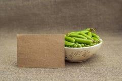 Чистый лист бумаги и зеленые горохи Стоковая Фотография