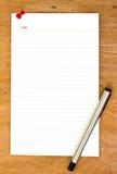 Чистый лист бумаги и ручка на деревянном Стоковые Фотографии RF