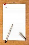 Чистый лист бумаги и ручка на деревянном Стоковое Фото