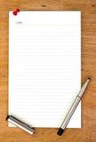 Чистый лист бумаги и ручка на деревянном Стоковая Фотография RF