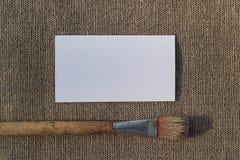 Чистый лист бумаги и paintbrush на увольнении Стоковое Фото