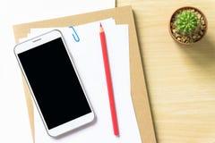 Чистый лист бумаги, карандаш, и умный телефон на деревянном столе Стоковое Изображение