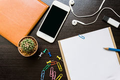 Чистый лист бумаги, карандаш, и умный телефон на деревянном столе Стоковая Фотография RF