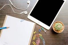 Чистый лист бумаги, карандаш, и умный телефон на деревянном столе Стоковое Фото