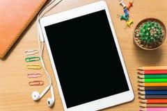 Чистый лист бумаги, карандаш цвета, и умный телефон на деревянном столе Стоковые Изображения RF