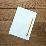 Чистый лист бумаги на деревянной предпосылке Стоковые Изображения RF
