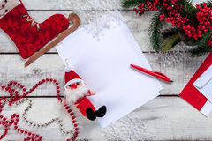 Чистый лист бумаги на деревянном столе с Стоковая Фотография RF