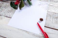 Чистый лист бумаги на деревянном столе с Стоковое фото RF