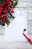 Чистый лист бумаги на деревянном столе с Стоковые Изображения RF