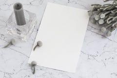 Чистый лист бумаги на мраморе с цветками и свечой brunia Стоковое Изображение RF