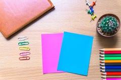 Чистый лист бумаги на столе Стоковые Фотографии RF