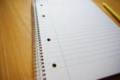 Чистый лист бумаги с карандашем на деревянной таблице Стоковое фото RF