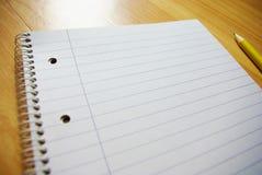Чистый лист бумаги с карандашем на деревянной таблице Стоковое Изображение RF