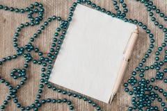 Чистый лист бумаги с ручкой и украшениями рождества Стоковое Изображение RF