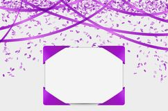 Чистый лист бумаги с фиолетовыми элементами и confetti Стоковое фото RF