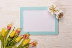 Чистый лист, подарок и тюльпаны Стоковая Фотография