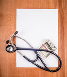 Чистый лист стетоскопа бумаги, и денег Стоковые Фото