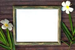 Чистый лист бумаги на деревянном положении квартиры предпосылки Естественная деревенская рамка фото с пустым местом для текста Стоковое Изображение
