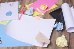 Чистый лист бумаги среди различного неподвижного вещества Концепция начала вверх начиная, метод мозгового штурма стоковая фотография