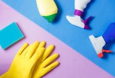 Чистящие средства Домашняя концепция чистки Предпосылка голубых и сирени Серый плиточный пол Место для оформления и логотипа Стоковые Изображения