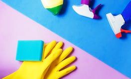 Чистящие средства Домашняя концепция чистки Предпосылка голубых и сирени Серый плиточный пол Место для оформления и логотипа Стоковые Фотографии RF