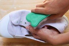 Чистя щеткой ботинки с рукой Стоковые Фотографии RF