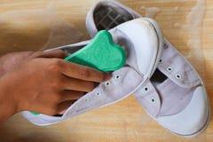 Чистя щеткой ботинки с рукой Стоковое фото RF