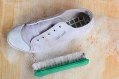 Чистя щеткой ботинки Стоковые Фото
