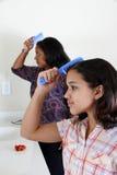 чистя щеткой волосы Стоковое Фото