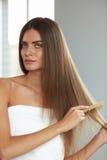 Чистя щеткой волосы Волосы Hairbrushing женщины красивые длинные с гребнем Стоковое Изображение