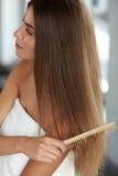 Чистя щеткой волосы Волосы Hairbrushing женщины красивые длинные с гребнем Стоковое фото RF