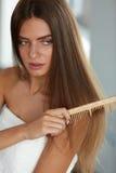 Чистя щеткой волосы Волосы Hairbrushing женщины красивые длинные с гребнем Стоковые Фотографии RF
