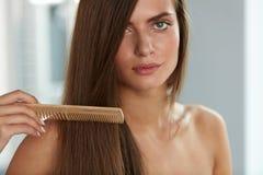 Чистя щеткой волосы Волосы Hairbrushing женщины красивые длинные с гребнем Стоковые Изображения RF