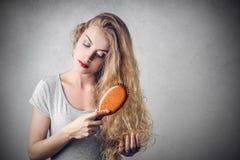 чистя щеткой волосы она Стоковые Изображения