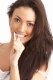 чистя щеткой детеныши женщины зубов студии Стоковое Изображение RF