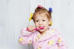 чистя щеткой девушка ее маленькие зубы Стоковые Изображения RF