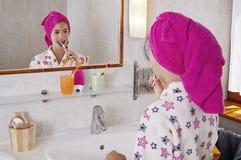 Чистя щеткой зубы в робе ванны Стоковое Изображение RF
