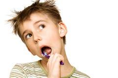 чистя щеткой зубы ребенка стоковое изображение rf