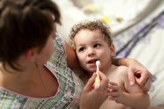 Чистя щеткой зубы ребенка Стоковые Изображения
