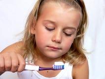 Чистя щеткой зубы стоковые изображения
