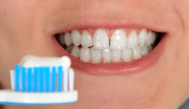 чистя щеткой зубы Стоковые Фотографии RF