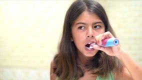 чистя щеткой зубы видеоматериал
