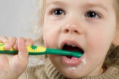 чистя щеткой зубы Стоковые Изображения RF