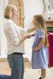 чистя щеткой передние детеныши женщины прихожей s волос девушки Стоковые Фотографии RF