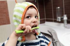 чистя щеткой ребенок его зубы Стоковые Изображения RF