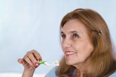 чистя щеткой старая женщина зубов Стоковое фото RF
