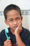 чистя щеткой toothache зуба против Стоковые Фотографии RF